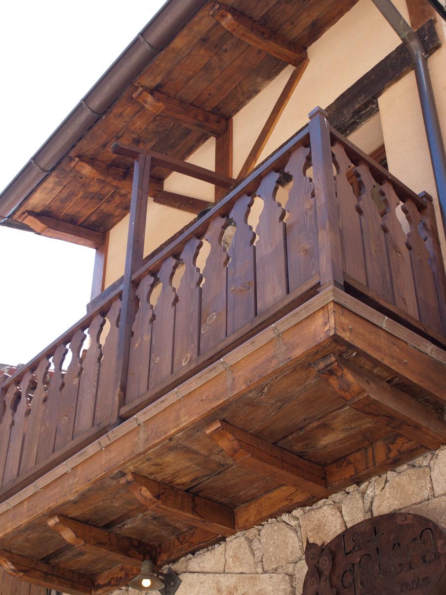 Balc n de madera construcciones la eliza for Balcones madera exterior
